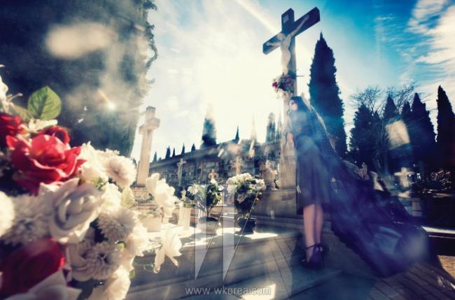 Cementerio de San Jose de Granada 산 호세 그라나다 묘지그라나다 전역을 뒤덮은 황열병으로 많은 시민이 목숨을 잃자, 1805년 나스르 궁전 옆에 급하게 조성된 묘지.국왕 찰스 3세의 명령에 따라 세워진 이곳은 알함브라의 전경을 내려다볼 수 있는 수려한 입지와 역사적, 미술적으로 의미가 깊은기념 조각품들로 가득해 현재는 그라나다의 상징적인 명소로 입지를 다졌다. 중요한 건축물과 조각들의 보존을 위해스페인 국가 차원에서 확장 공사를 했으며, 현재는 묘역과 정원으로 구성된 거대한 규모를 자랑한다. 검정 엠브로이더리가 장식된정숙한 가죽 드레스는 Loewe,검정 스트랩 샌들은Ralph Lauren 제품.검정 튤 베일은 에디터 소장품.