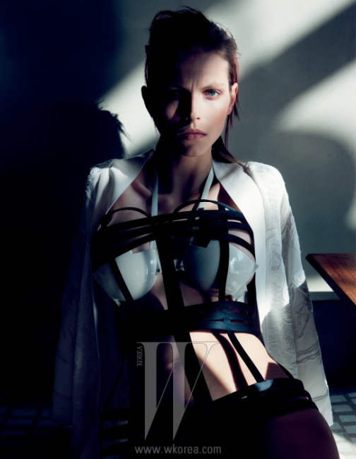 아시안 무드의 흰색 자카드가운은 Emilio Pucci, 흰색 세라믹브라톱은 Johanna O'hagan,코르셋처럼 연출한 엘라스틱끈 장식은 Tom Ford 제품.