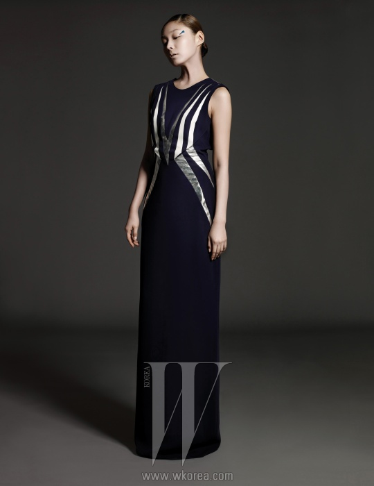 좌우 대칭형의 프린트가 특징인긴 드레스는 The Studio K 제품.