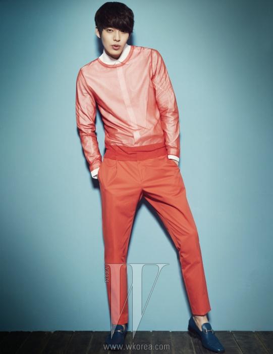 심플한 화이트 셔츠와 오렌지 컬러의니트 톱과 팬츠, 체인 장식의 파란색 로퍼는모두 Salvatore Ferragamo 제품.