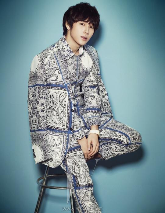 푸른색이 포인트로들어간 에스닉한 프린트의셔츠와 팬츠, 재킷은 모두 Etro,흰색 시계는 Gucci Timepieces 제품.
