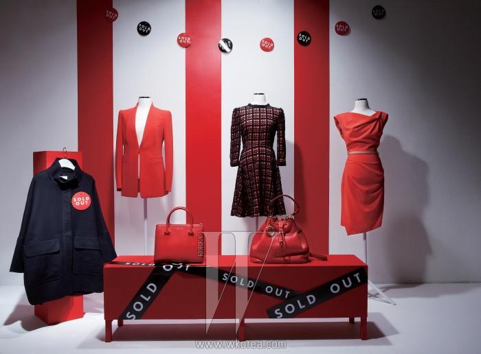 왼쪽부터 | 모던한 실루엣이 돋보이는검정 재킷은 톰보이 제품. 37만9천원.강렬한 붉은색과 똑떨어지는핏이 특징인 테일러드 재킷은모그 제품. 63만8천원.각진 디자인이 클래식한 루이스 백은더블엠 제품. 54만8천원.여성스러운 실루엣이 특징인체크 패턴 원피스는질 스튜어트 제품. 79만8천원.주머니 형태의 편안한 실루엣을 지닌다이애나 백은 빈폴 액세서리 제품.55만5천원. 우아한 드레이핑이 눈길을 끄는원피스는 모조에스핀 제품. 43만9천원.