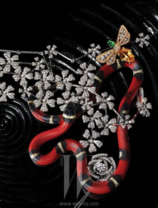 왼쪽부터 시계 방향 | 꽃잎이 흩뿌려진 듯 환상적인 느낌을 선사하는와일드 플라워(Wild Flower) 컬렉션. 화이트 골드에 총 2.08캐럿의다이아몬드가 파베 세팅되어 있으며 Y자로 내려오는 여성스러운 디자인이특징인 와일드 플라워 Y 멀티 목걸이, 총 5.50캐럿의 다이아몬드가 섬세하게파베 세팅된 팔찌는 모두 De Beers, 옐로 골드에 브릴리언트 컷 다이아몬드와페어 컷 차보라이트 가닛, 그리고 옐로 임페리얼 토파즈가 어우러진 벌 모티프의비 마이 러브(Bee My Love) 반지는 Chaumet, 18K 화이트 골드에 1캐럿다이아몬드와 멜리 다이아몬드를 장미 모양으로 세팅한 리본 로즈(RibbonRose) 펜던트 목걸이는 Tasaki 제품.
