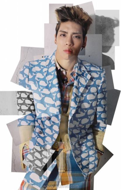 종현이 입은고래 무늬 반소매 재킷과 안에 입은 체크무늬 셔츠, 체크무늬 팬츠,카디건 위의 3색선 암 밴드는 모두 Thom Browne by 10 Corso Como,재킷 안에 입은 노란색 카디건은 샤이니와 10 꼬르소 꼬모의 협업으로만들어진 한정품으로 10 Corso Como X Shinee Thom Browne 제품.