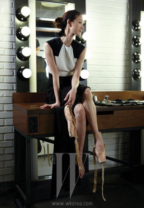 상체에 흰색이 배색된 검정 드레스는 Demin 제품.