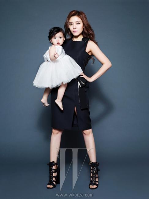 정시아가 입은 어깨를 드러내는커팅과 슬릿이 멋진 드레스는 Lanvin,글래디에이터 슈즈는Salvatore Ferragamo 제품.딸이 입은 톱과 샤 스커트는에디터 소장품.
