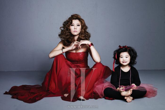 이윤미가 입은 드라마틱한드레스는 Ralph Lauren 제품.딸 아라의 의상은 본인의 것.
