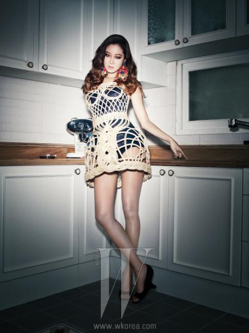 검정 보디수트, 나무로짠 드레스, 귀고리는모두 Dolce & Gabbana,검정 슈즈는Jean-Michel Cazabat 제품.