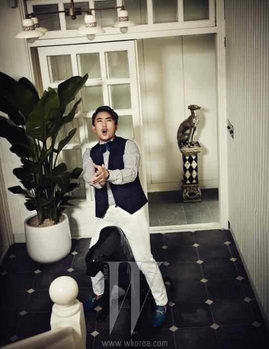 체크 셔츠와 남색 조끼,보타이는 모두 Kwon Oh Soo Classic,흰색 바지는 Alexander Wang,로퍼는 Salvatore Ferragamo,시계는 IWC, 반지는 Mzuu 제품.