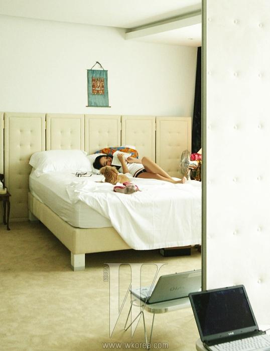 면 소재 화이트 슬리브리스 톱은Calvin Klein, 침대 위에 놓인뿔테 안경은 빈티지 제품으로Giorgio Armani by SanfranciscoMarket 제품. 언더웨어와핑크색 앵클부츠는 엄정화 소장품.