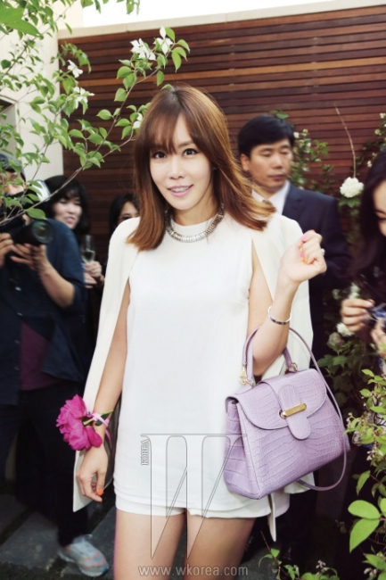 모든 공연이 끝날 때까지자리를 뜨지 않고파티를 즐긴 배우 김정은.그녀가 든 백은Wall Street Soft P.