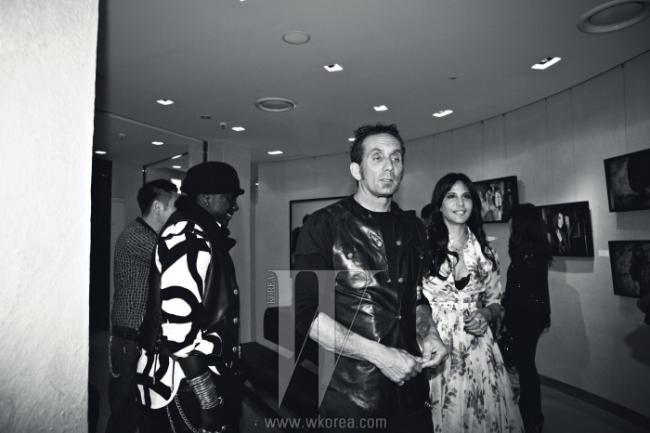 강렬한 존재감을 드러내는패션 아이콘들의 모습을담은 로리 린 스탁의 사진전'28images'가 신세계 갤러리에오픈했다. 자신의 전시를둘러보고 있는 로리 린 스탁과그의 남편이자 크롬하츠의디자이너인 리처드 스탁.