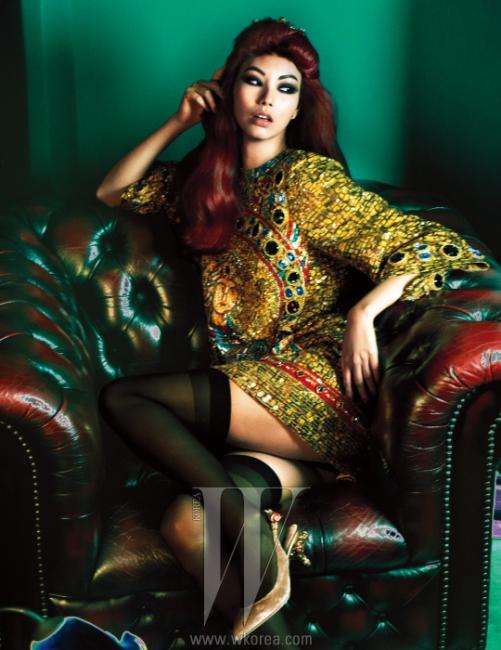 유색 스톤과 금색 자수로화려하게 수놓은 원피스, 꽃 모양의조각이 장식된 벨벳 슬링백은Dolce & Gabbana 제품.