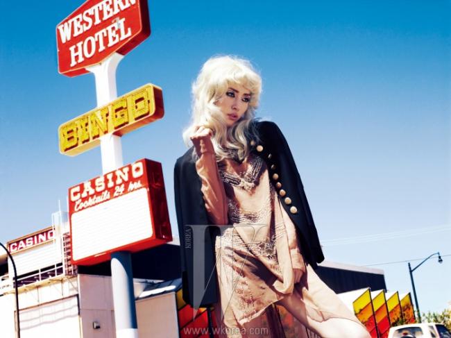 견장이 장식된밀리터리 무드의금장 버튼 재킷,은색 비즈가장식된 시폰 드레스는H&M AutumnCollection 제품.