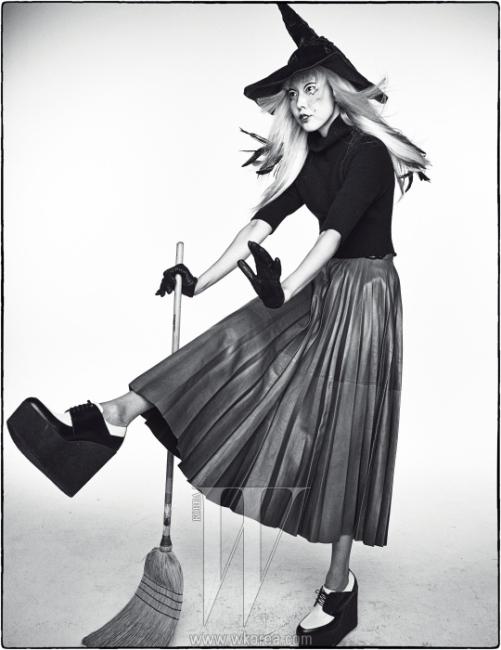 검은색 니트와가죽 플리츠스커트,통굽의 옥스퍼드 슈즈는 Celine,검정 가죽 장갑은 Gucci 제품.