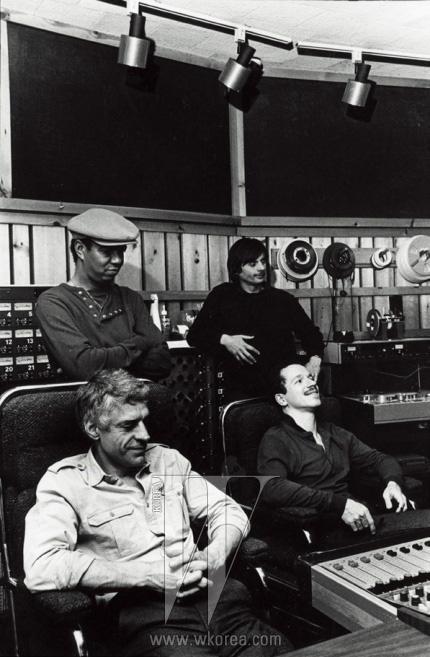 키스 자렛 트리오(키스 자렛,잭 디조넷, 게리 피콕)과 함께한 만프레드 아이허.ⓒ Deborah Feingold/ECM Records