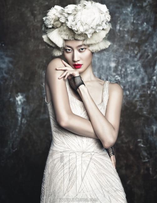 비즈 장식의 하얀색 시폰 드레스는 Ralph Lauren, 헤어피스로 연출한 크림색의폼폼 네크리스는 Croche Collection 제품.