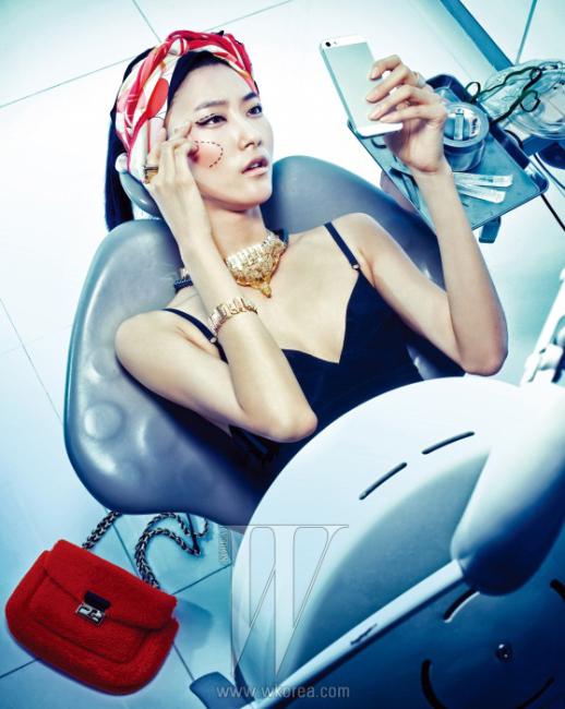 스웨이드 소재의 검정 브라톱은 Loewe, 골드 색상의 크리스털 장식 목걸이, 팔찌, 반지는 모두 Hoyanmore, 겹쳐 착용한흑진주 목걸이는 Ellyona,반다나처럼 연출한 스카프는Cartier 제품.