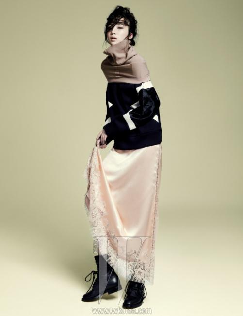 검은색 스웨트 셔츠는 닐 바렛 제품. 94만원. 넥 워머로 활용한 톱은 레페토 제품. 23만8천원. 실크 레이스 슬립 드레스는 루이 비통 제품. 가격 미정. 스터드 장식 워커는 생로랑 제품. 가격 미정.