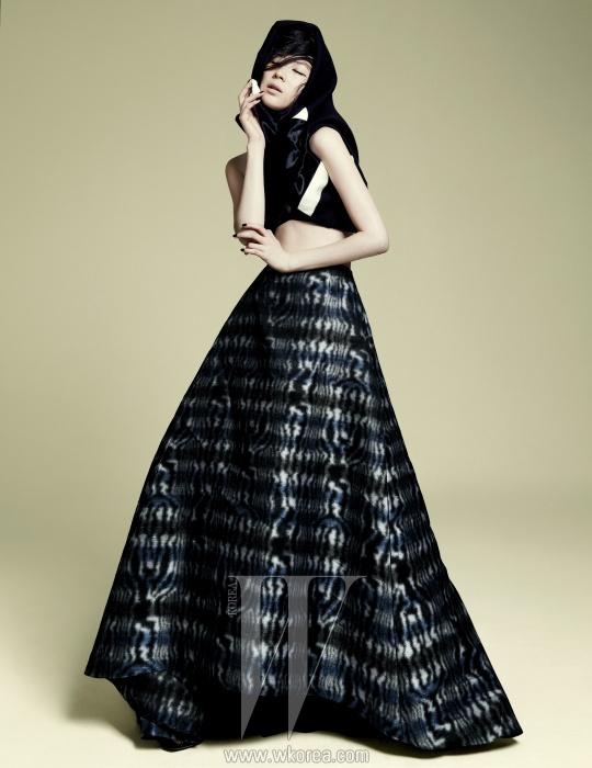 검은색 스웨트 셔츠는 닐 바렛 제품. 94만원. 푸른빛이 도는 풍성한 스커트는 디올 제품. 가격 미정.