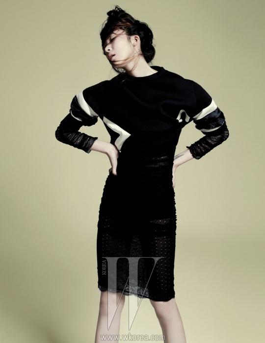 검은색 스웨트 셔츠는 닐 바렛 제품. 94만원. 섬세한 레이스로 이루어진 검정 드레스는 돌체&가바나 제품. 3백49만원.