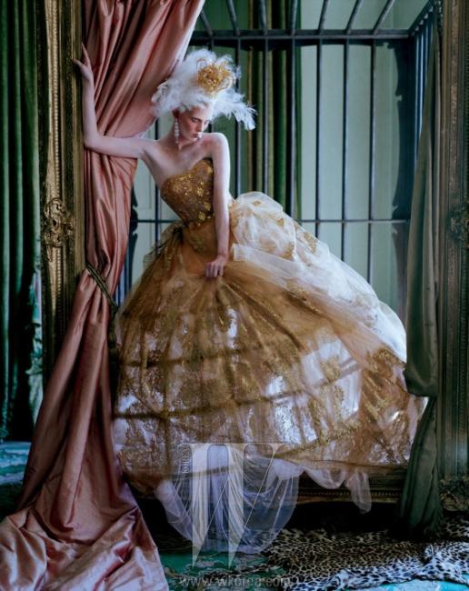레이스를 넣은 금색 튤 스커트, 드레스를 잡아주는 페니에, 금색 자수 장식이 들어간 코르셋 페넬로페 드레스, 왕관은 모두 Dolce & Gabbana, 4피스로 이루어진 다이아몬드 드롭 귀고리는 David Morris 제품.