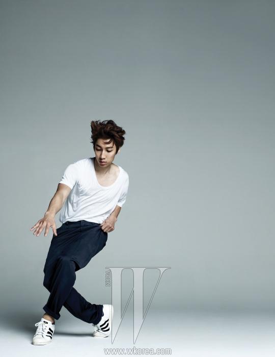 흰 티셔츠는 American Apparel, 검정 팬츠는 Jehee Sheen, 스니커즈는 Adidas 제품.