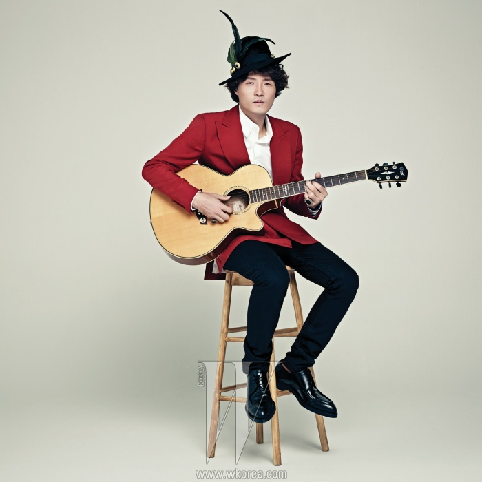 붉은색 테일러드 재킷과 화이트 셔츠는 Kim Seo Ryong Homme, 데님진은 A.P.C., 가죽 옥스퍼드 슈즈는 Prada 제품. 모자와 반지는 에디터 소장품.