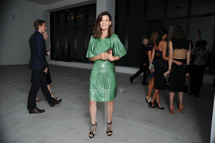 캘빈 클라인 텀블러의 컨트리뷰터인 하넬리 무스타파타는 우아한 드레스 차림으로 시선을 사로잡았다.