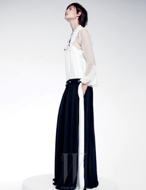 크림색 톱과 넓은 실크 팬츠를 스타일링한 듯한 느낌을 주는 실크 소재의 바이컬러 개더 드레스, 톱 안에 겹쳐 입은 시스루 셔츠는 모두 Chloe 제품.