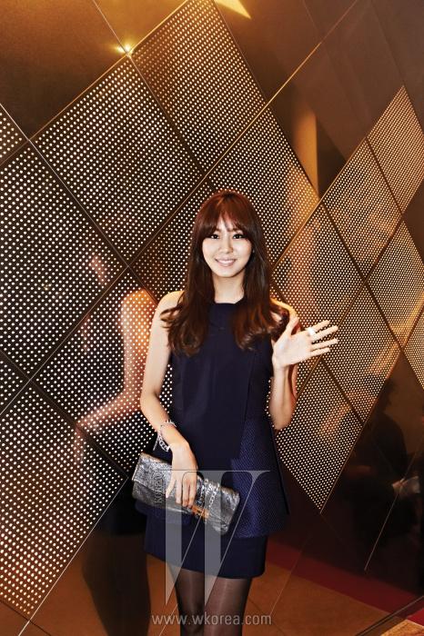 상냥한 애티튜드로 파티장 분위기를 환히 밝힌 배우 겸 가수 유이가 더블유의 카메라를 향해 인사를 건네고 있다. 유이가 입은 구조적인 실루엣의 네이비 색상 미니 드레스는 Hexa by Kuho 제품.