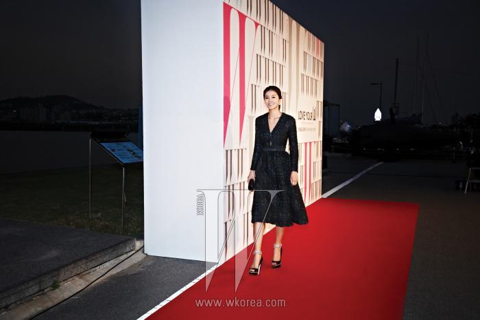 최근 와  등의 프로그램을 통해 깔끔한 진행 실력을 선보인 배우 김성은의 우아한 모습. 벨벳 소재의 레트로풍 드레스는 Eudon Choi, 앵클 스트랩 슈즈는 Jinny Kim, 클러치와 주얼리는 모두 Swarovski 제품.