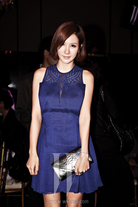 간결한 디자인의 미니 드레스가 잘 어울리는 애프터스쿨의 리더, 정아. 정아가 입은 시스루 디테일의 푸른색 미니 드레스는 Hexa by Kuho, 뱀피 소재의 은빛 클러치는Zagliani 제품.