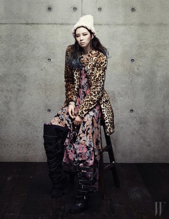 레오퍼드 패턴의 페이크 퍼 코트는 자라 제품. 19만9천원.시폰 소재 꽃무늬 드레스, 버클 장식 사이하이 부츠는 쟈뎅 드 슈에뜨 제품. 각 1백만원대, 1백78만원. 드롭 이어링은 포에버21 제품. 6천8백원. 짜임이 성근 분홍색 비니와 굵은 체인 목걸이는 H&M 제품. 모두 1만7천원. 진주 브레이슬릿은 샤넬 제품. 가격 미정.
