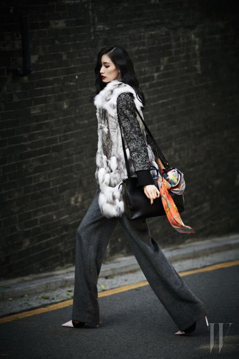 짧은 소매가 돋보이는 재킷은 Dolce & Gabbana, 도톰한 울 소재의 통 넓은 팬츠는 Johnny Hates Jazz, 밑단의 풍성한 장식이 돋보이는 여우털 베스트는 Tankus, 실용적인 숄더백은 Jill Stuart, 액세서리로 연출한 실크 스카프는 Hermes, 날렵한 핑크색 앞코가 돋보이는 스틸레토는 Dior 제품.
