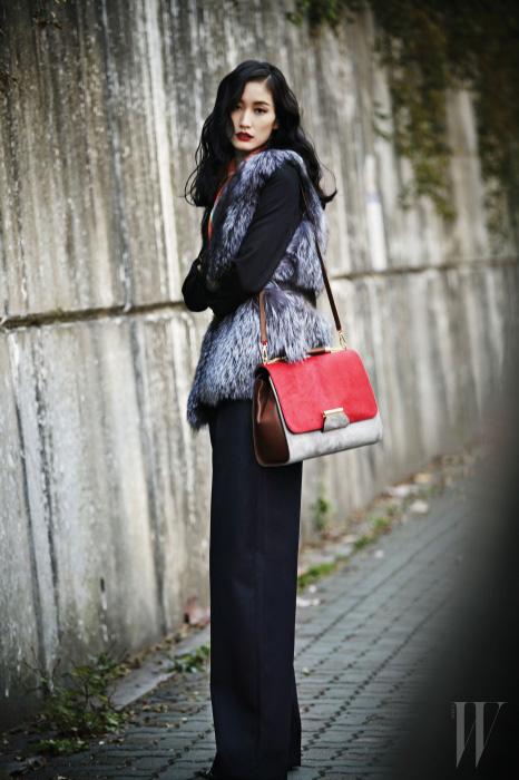 테일러드 재킷과 팬츠는 Dior, 여우털 베스트는 Studio K, 배색이 돋보이는 송치 소재의 숄더 겸용 토트백은 Emilio Pucci, 스카프는 Hermes 제품.