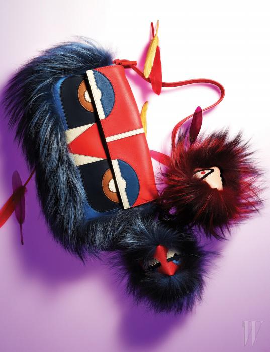 부드러운 송아지 가죽과 여우 퍼 소재의 폼폼 장식이 돋보이는 백 벅 컬렉션(Bag Bugs Collection)의 바게트 백, 위트 있는 표정의 스노비우스(Snobius)와 너티(Nutty) 키 체인은 모두 Fendi 제품.