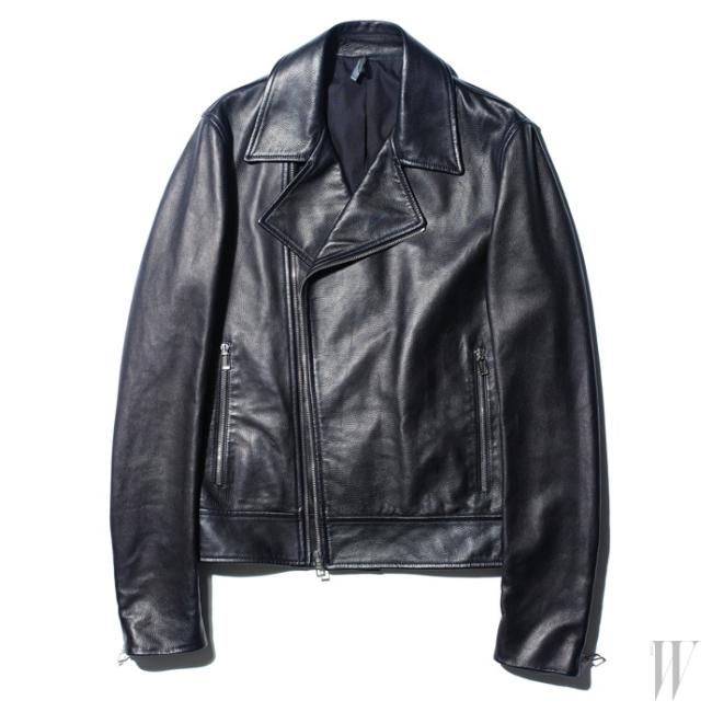 매끈한 양 가죽 재킷은 디올 옴므 제품. 5백만원대.