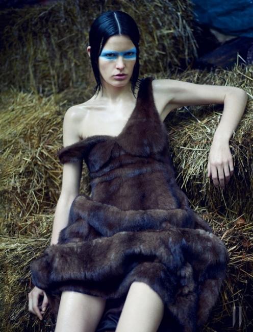 갈색 모피 드레스는 Celine 제품.