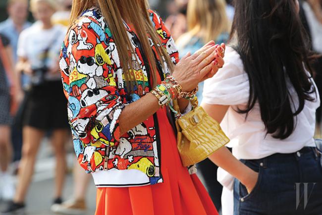 2014 S/S 페이 컬렉션에 등장한 스누피 모티프의 스팽글 점퍼와 불가리 백으로 믹스매치 룩을 연출한 안나 델로 루소.