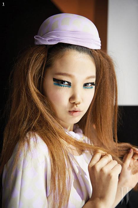 1. 블루 포인트와 볼드한 아이라인으로 복고적인 무드를 더한 미스지콜렉션 뷰티 룩.