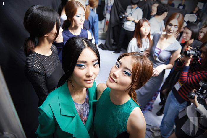 1. 이번 시즌 컬러 포인트로 사용한 초록색 수트와 드레스를 입고 카메라를 응시하는 모델들.