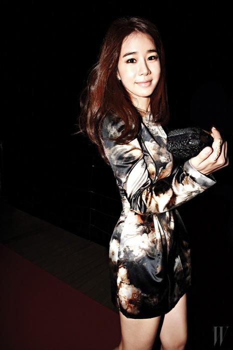 12월에 방송되는 드라마 의 촬영으로 분주한 유인나가 카메라를 향해 사랑스러운 미소를 짓고 있다. 몽환적인 꽃무늬의 미니 드레스는 Jain Song, 미니 클러치는 Cartier, 미래적인 메탈 반지는 Mik 24/7 제품.
