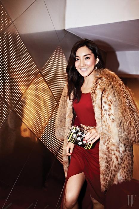 가수 겸 뮤지컬 배우 바다는 특유의 쾌활한 매력으로 파티에 활기를 불어넣었다.