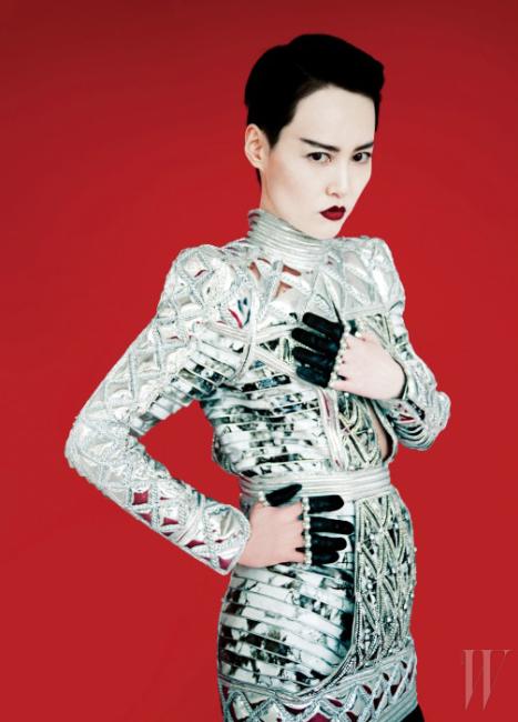 드레스와 부츠는 발맹, 장갑은 알렉산더 매퀸 제품
