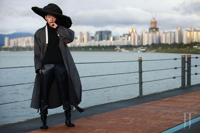 겉에 입은 두루마기는 전통 한복 김영석, 터틀넥니트와 바지는 Salvatore Ferragamo, 모자는 Ellen Christine 제품.