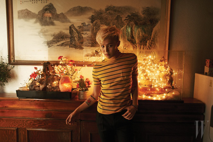 노랑 스트라이프 터틀넥 톱과 검정 팬츠는 Saint Laurent'14 S/S Collection 제품, 귀고리와 팔찌는 스타일리스트 소장품.