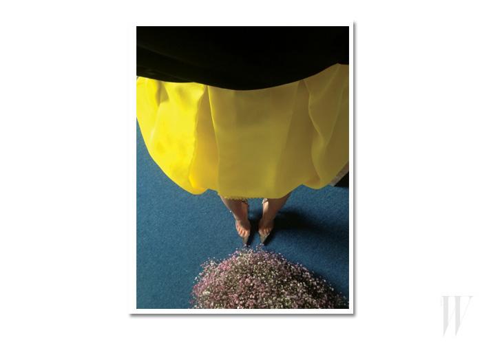 PVC와 메탈릭한 가죽 소재의 포인티드 토 힐은 크리스찬 루부탱 제품.