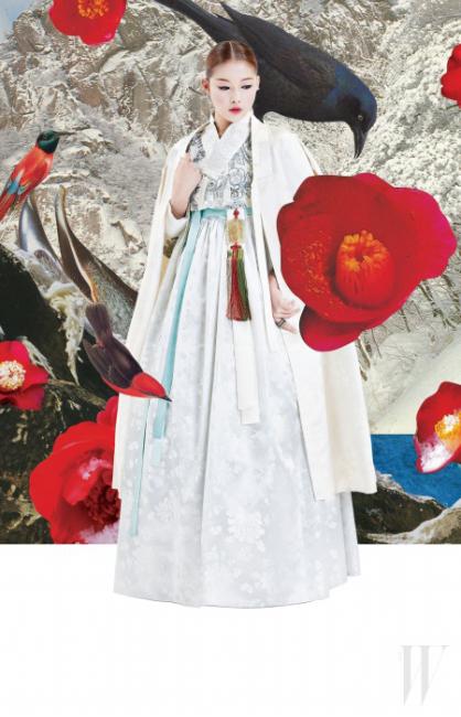 반짝이는 꽃무늬 저고리, 모보단 회색 치마, 모보단 소색 두루마기, 향대, 옥 노리개, 은 가락지, 은 비녀, 산초 뒤꽂이, 꽃 뒤꽂이는 모두 차이 김영진 제품.