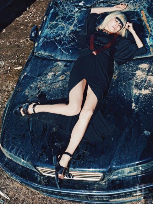 소매가 넓은 실크 블라우스 톱, 갈색 가죽 장식이 연결된 롱스커트, 커다란 버클 장식 샌들, 스와로브스키 크리스털 초커는 Givenchy by Riccardo Tisci 제품.